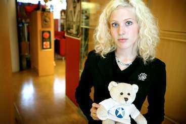 SKÄNK EN BJÖRN Alla kan skänka en nallebjörn, som den som Sandra Dahlberg håller i famnen, till barnen i Beslan. Detta genom att skänka 100 kronor på postgirokontot 900253-6 eller på telefonnummer 0900-2020667.