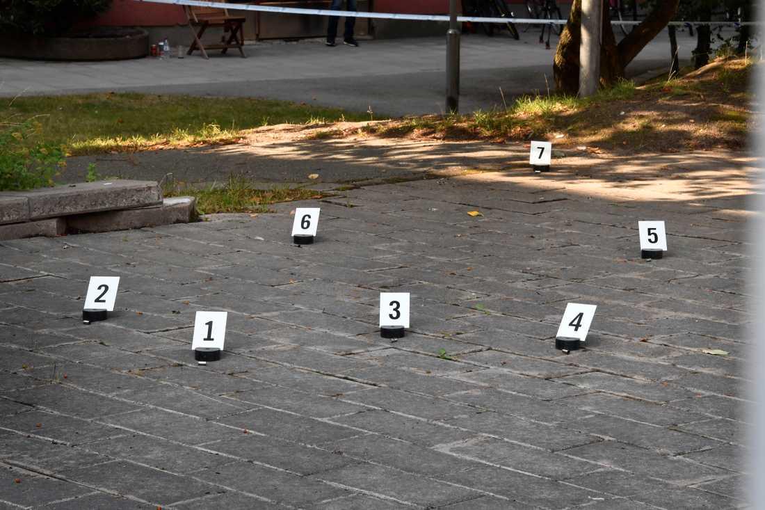 Polisens tekniker undersöker platsen där Eric Torell, 20, sköts till döds av polis.