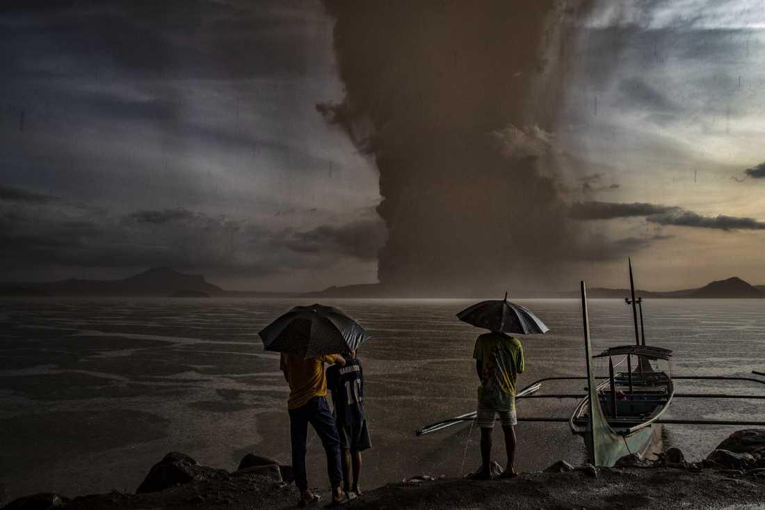 Vulkanen Taal sprutar aska och rök 1000 meter upp i luften.