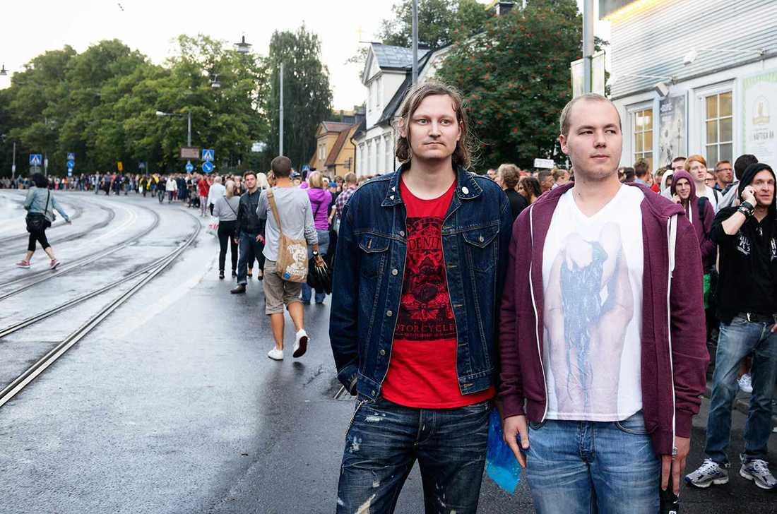 I folksamlingen stod jobbarkompisarna David Stenberg, 23, och Andreas Ljungman, 35. De var besvikna.