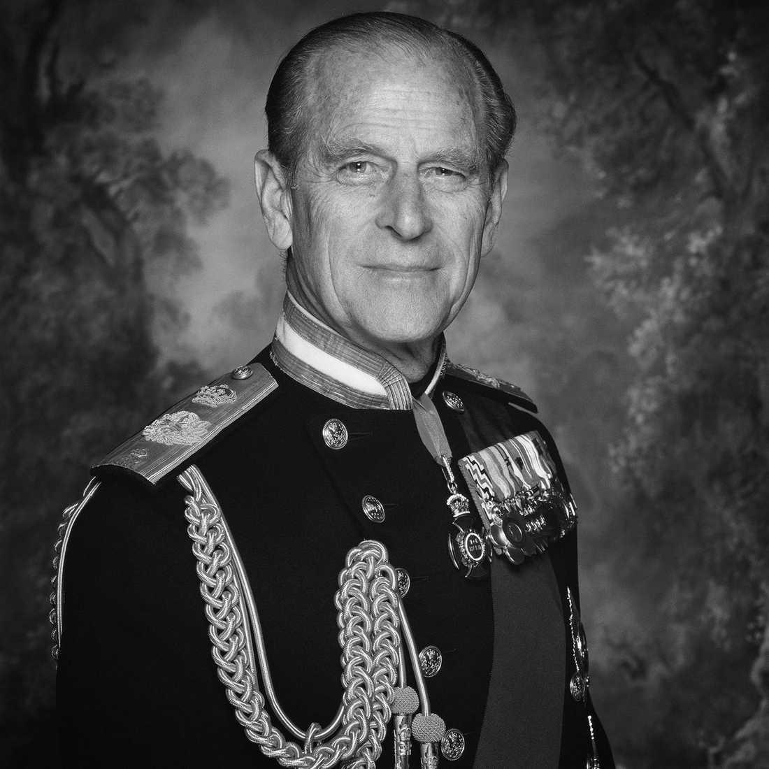 """""""Det är med stor sorg som hennes majestät drottningen meddelar att hennes älskade make, hans kungliga höghet prins Philip, hertig av Edinburgh, har avlidit"""", skriver det brittiska hovet på Twitter."""