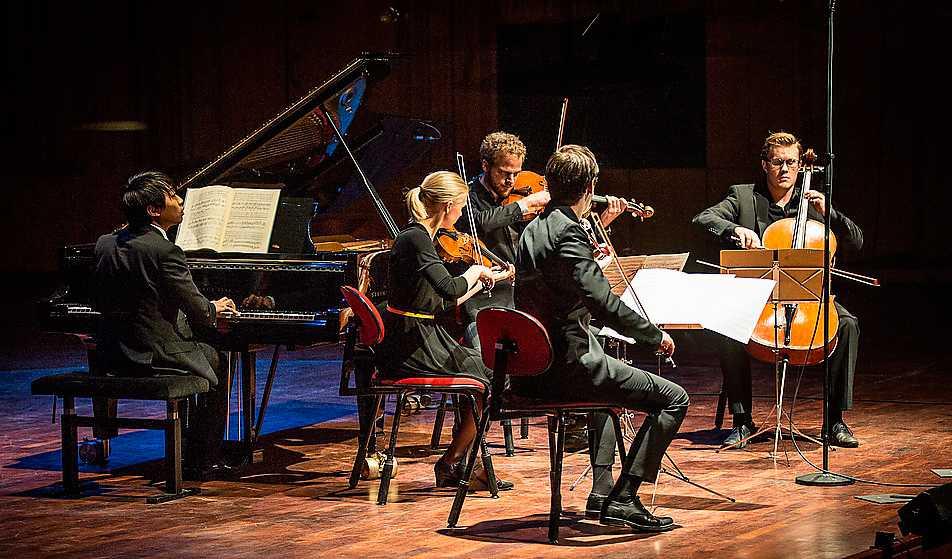 Solisten David Huang, piano, spelar Brahms på Berwaldhallen. Foto: Micke Grönberg/Sveriges Radio