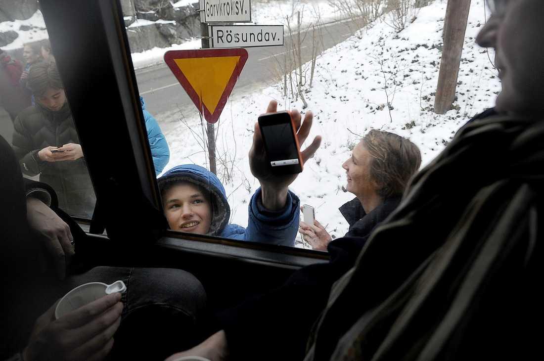 """NYFIKNA PÅ VARANDRA När busslasten med nyfikna klassturister rullade in i Solsidan i Saltsjöbaden väckte de en viss uppståndelse. Invånarna höll upp sina telefoner mot rutan och ropade """"Iphone! Iphone!"""""""
