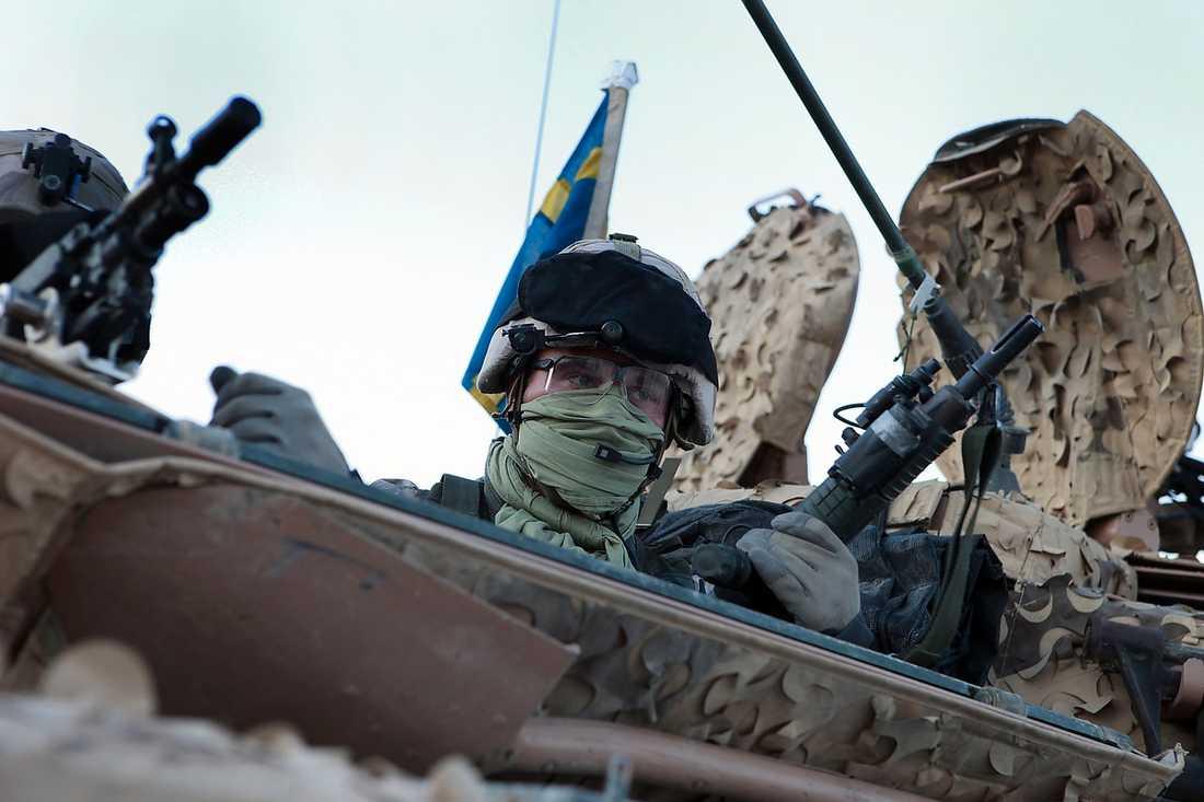 UNDER SVENSK FLAGG Svenska soldater på plats i Afghanistan. Dessa skall inte rekryteras på våra skolor, menar debattören.