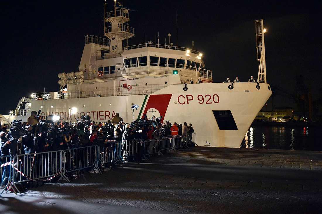 Italienska kustbevakningsfartyget Bruno Gregoretti, som räddade flera av överlevarna efter katastrofen.