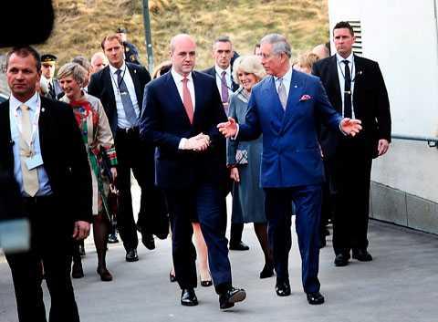 Fredrik Reinfeldt och Prins Charles på väg till sin basketuppgörelse.