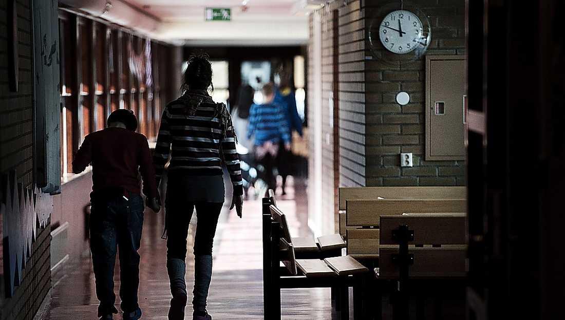 Lärarkåren har förlorat mer än status – och eleverna förlorar allra mest. Sedan kommunerna fick huvudansvaret för skolan har en nedlåtande syn på utbildade lärares betydelse växt fram.