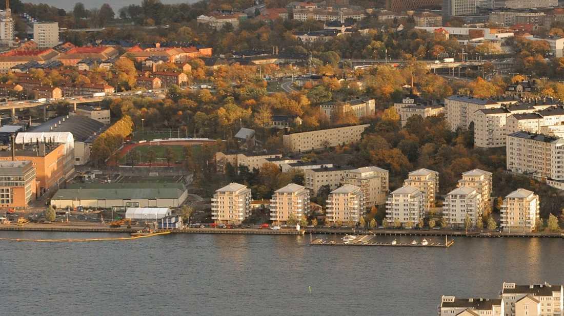 I en av industrifastigheterna till vänster upptäcktes etanolläckan. Byggnaden ligger längst västerut på Kungsholmen. Arkivbild.