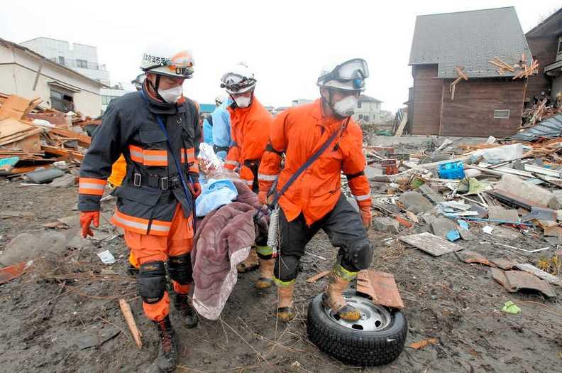 LEVANDE BEGRAVD - I FEM DAGAR En man räddas ur ruinerna i staden Ishimaki.