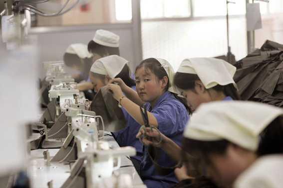Sömmerskor i en klädfabrik norr om Peking.