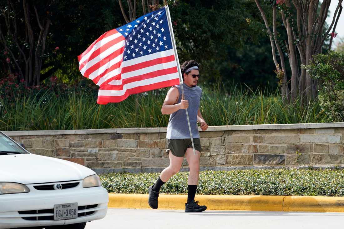 En man tränar vid sidan av en väg i Houston i Texas på USA:s nationaldag.