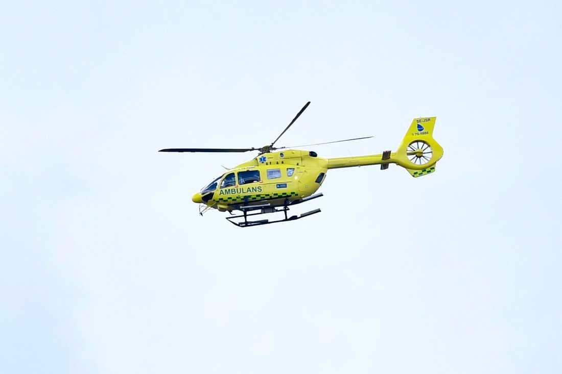 Ambulans, helikopter och räddningstjänst skickades till olycksplatsen. Arkivbild.