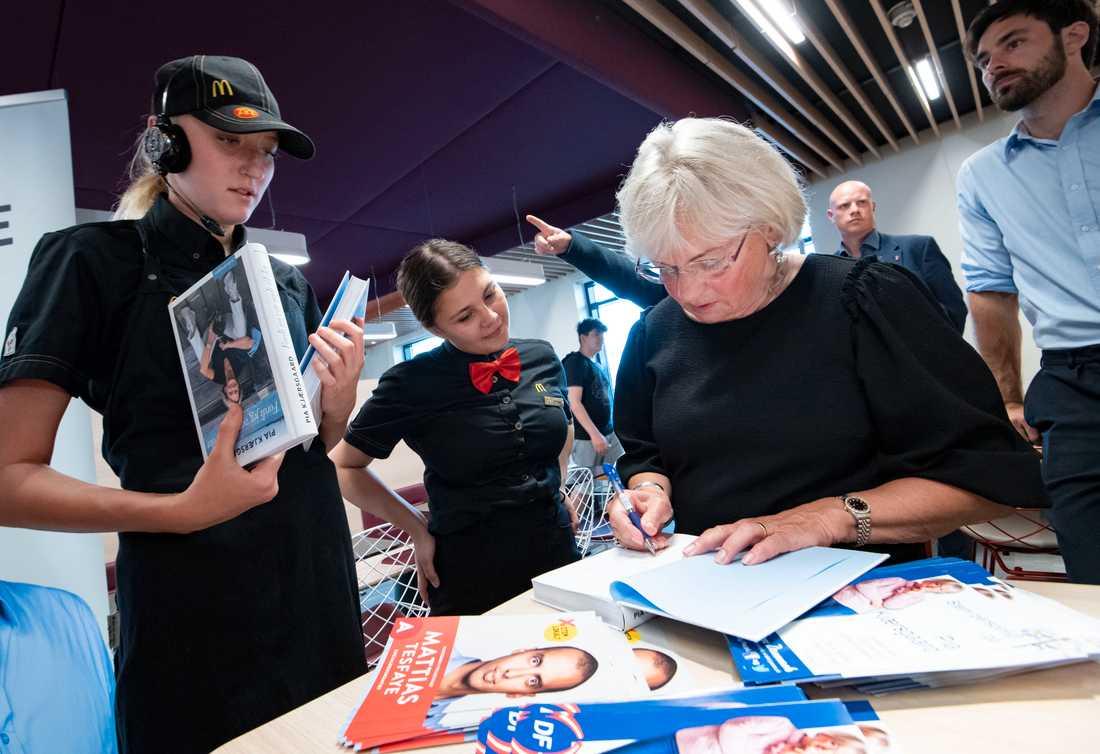 Dansk Folkepartis (DF) grundare Pia Kjærsgaard signerar sin biografi åt personal på McDonald's efter en valdebatt. Efter ett succéval 2015 ser DF ut att få halverat stöd i folketingsvalet den 5 juni.