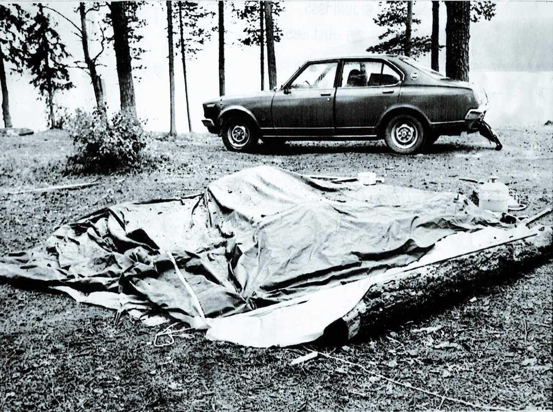 """HÖGGS IHJÄL Det holländska paret Stegehuis åkte på sina drömmars resa i juni 1984. 12 juli skriver Jannie i sin dagbok: """" Vi har besökt Stora sjöfallets nationalpark under dagen. Vi har slagit upp tältet för natten"""". Dagen efter hittas de mördade i sitt tält av en familj från Göteborg."""