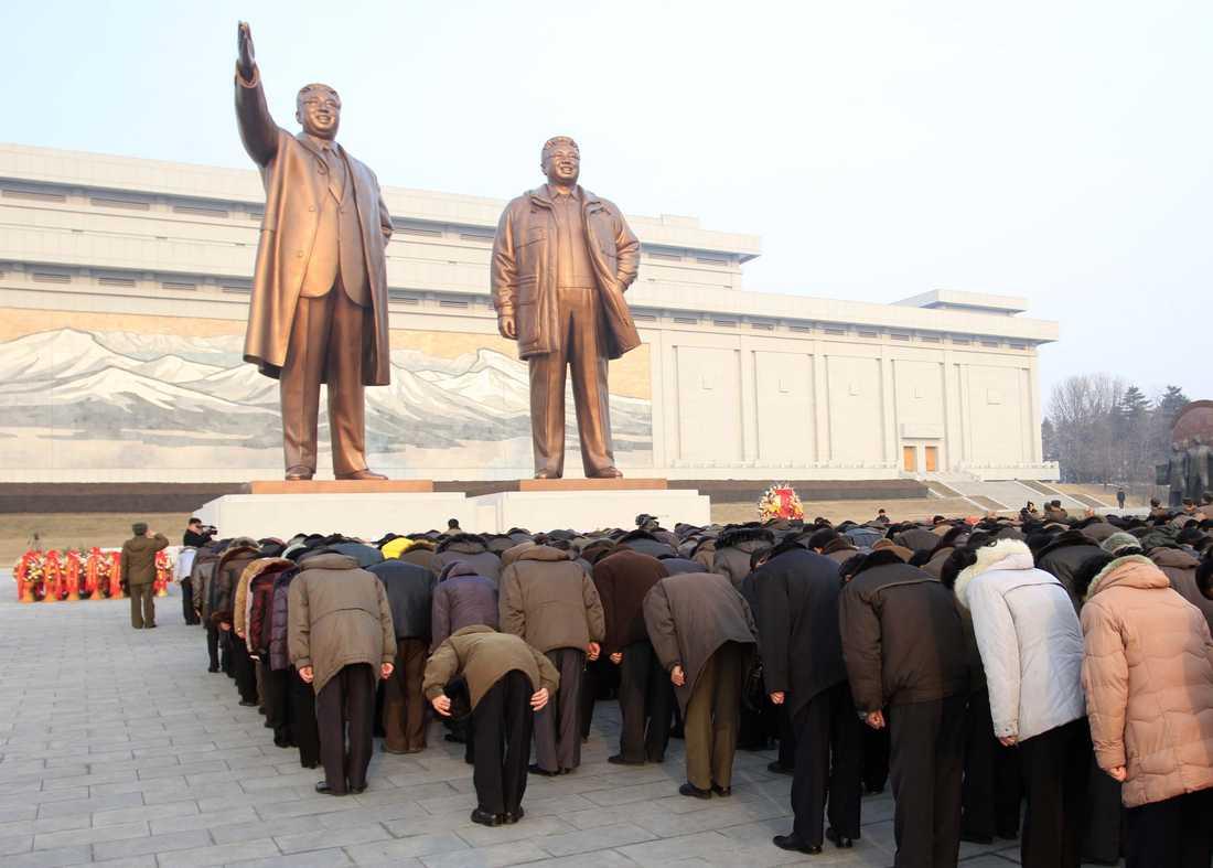 Personkult  Hedrande av förre ledaren Kim Jong Il och hans fader Kim Il Sung i huvudstaden  Pyongyang. Bilden släpptes av den officiella Nordkoreanska nyhetsbyrån KCNA på söndagen.