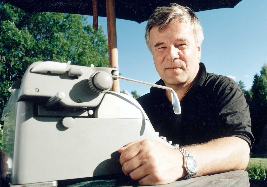 Jan Guillou bedriver påstådd fritidsverksamhet sommaren 1999.