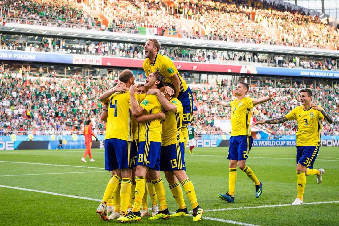 Svenskt segerjubel efter segern mot Mexiko i sista gruppspelsmatchen.