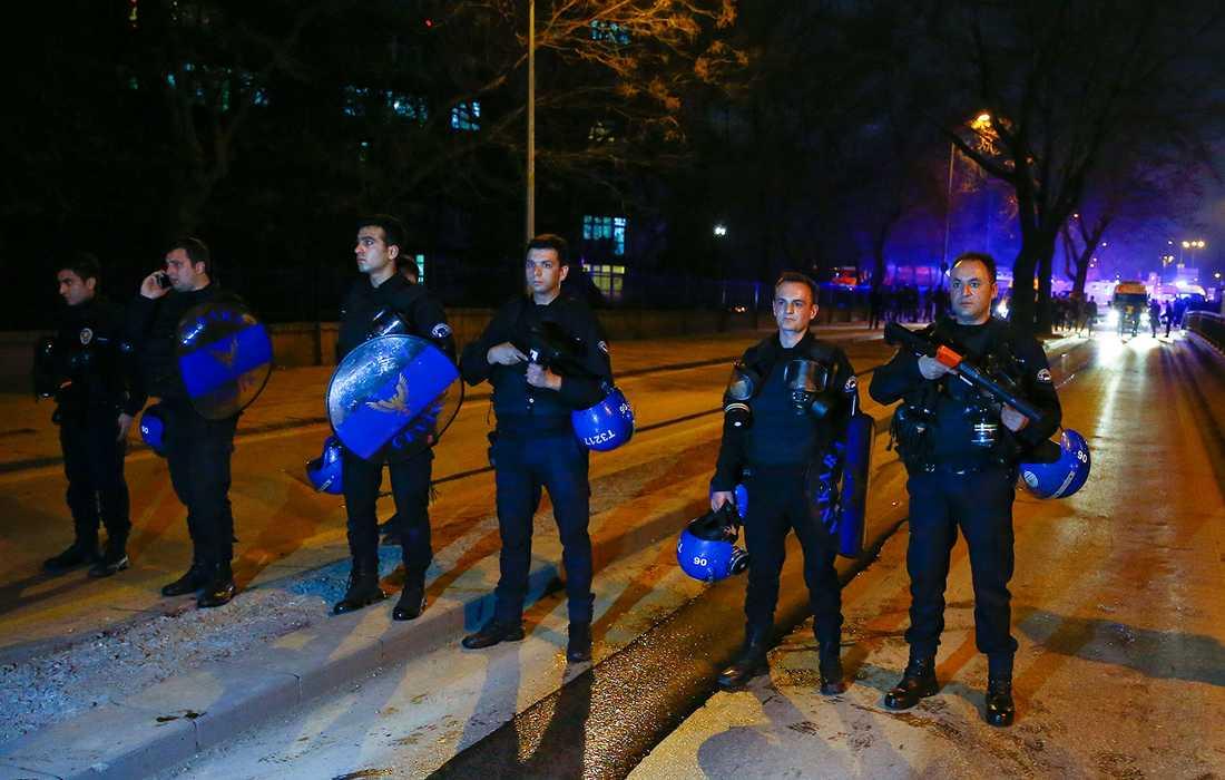 Polis vid platsen där bilbomben exploderade.