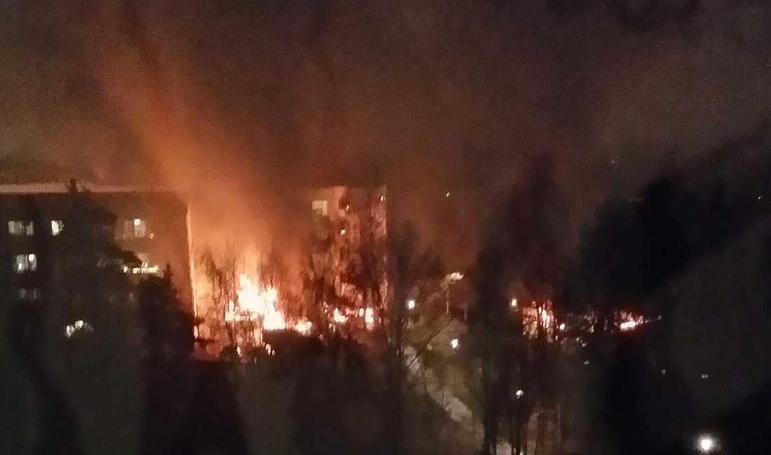 Bilar brinner söder om Stockholm.