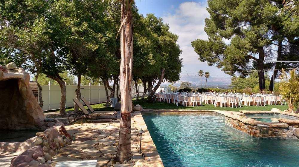 Vid poolen kan du ställa till med trädgårdsfest eller bröllop.