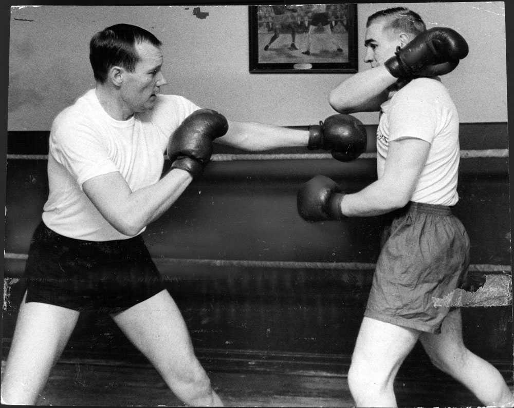 Under en period var Henning Sjöström ordförande i svenska boxningsförbundet. Här sparrar han med tungviktsmästaren Ulf Andersson.