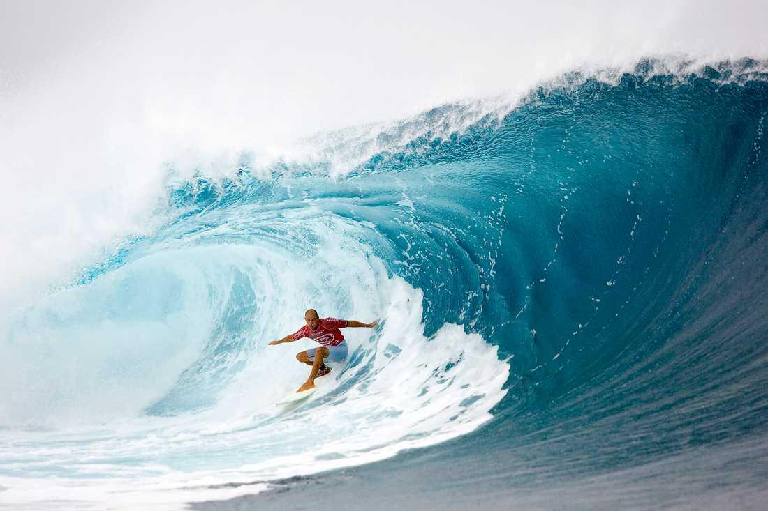 Här, i vattnet utanför staden Teahupoo, ska surfingen avgöras under OS 2024. Tävlingarna kommer därmed hållas 15000 kilometer från värdstaden Paris. På bilden syns den amerikanska surfingstjärnan Kelly Slater under en tävling 2005. Arkivbild.