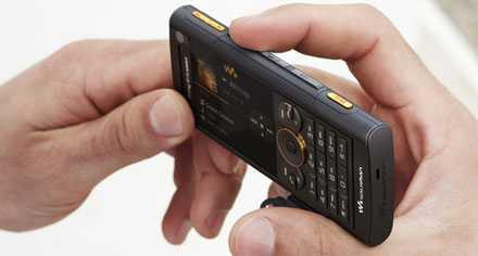 W902 är första Sony Ericsson-mobilen som säljs med musik till fast månadskostnad.