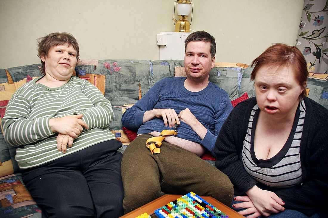 """""""SKAMLIGT"""" Ingrid Jonsson, 50, (till vänster) och Pernilla Eriksson, 41, (till höger) krävs på 178 082 kronor vardera av Försäkringskassan. Torbjörn Rubensson, 41, tvingas att betala tillbaka 225 544 kronor. De tre flyttade till gruppboendet utanför Östersund i slutet på 90-talet. Nu anser Försäkringskassan att deras handikappersättning borde ha upphört när de flyttade hemifrån.""""Jag tycker att det är skamligt att ge sig på dem som är svagast"""", säger Pernillas syster Gertrud Danielsson."""