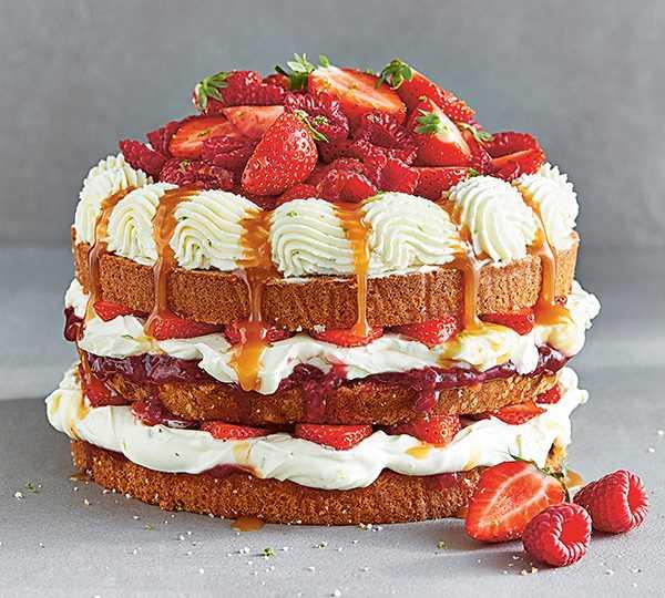 Sommartårta – bjud på färskostmoussetårta med jordgubbar.