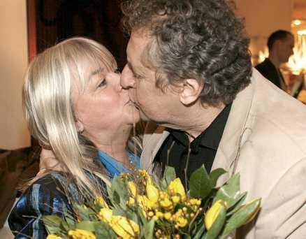 På hotellet firade Lasse och Ninnie med kyssar och drinkar i baren.