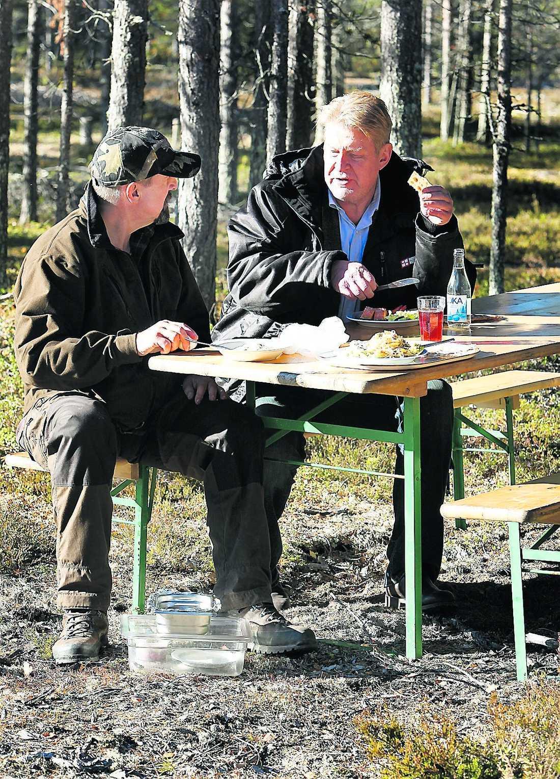 Peter Stormare och Rolf Lassgård tar en fikapaus.