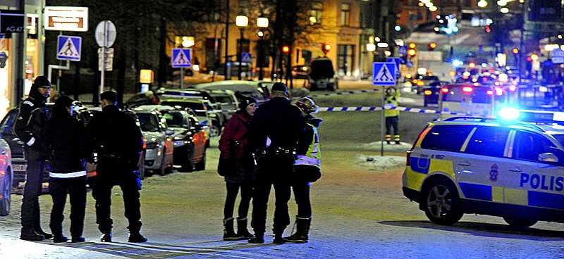 Polisen förhör vittnen efter skottdramat i centrala Stockholm under fredagskvällen.