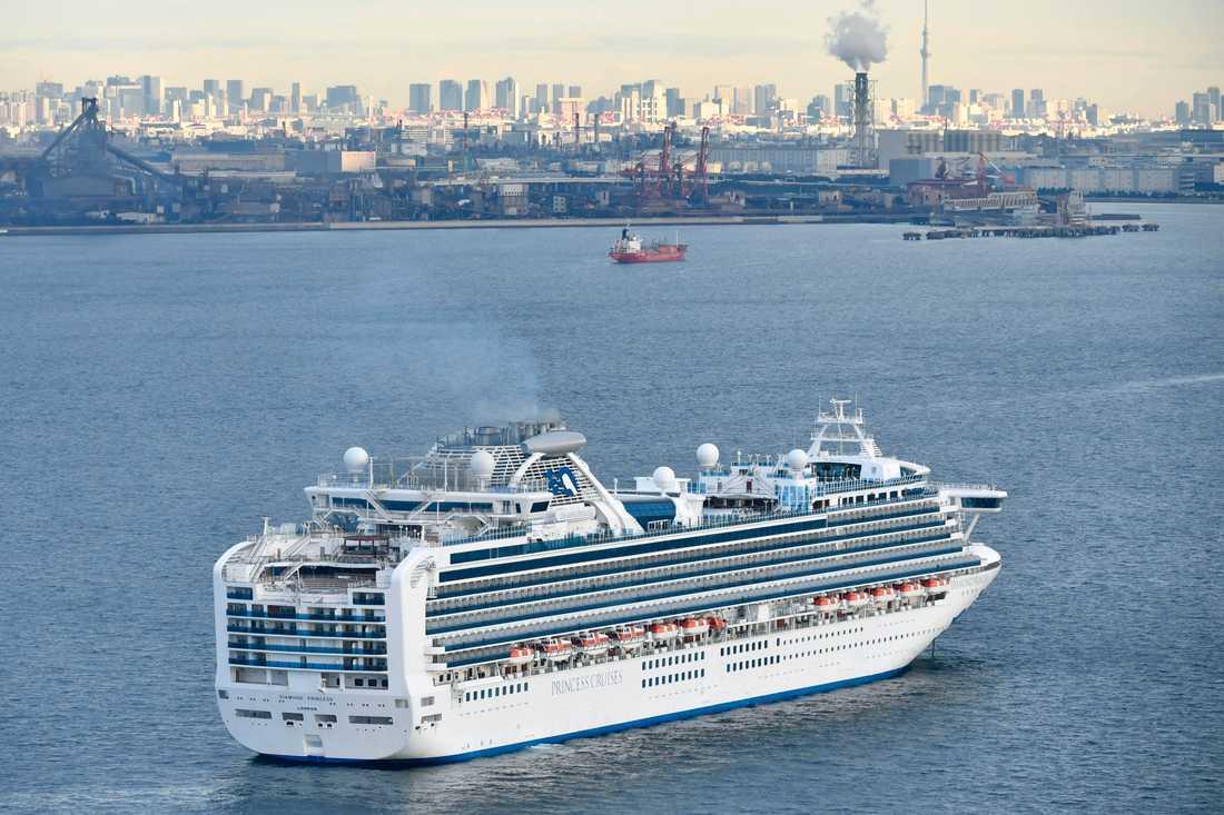 Kryssningsfartyget Diamond Princess ligger för ankar utanför Yokohama i Japan.