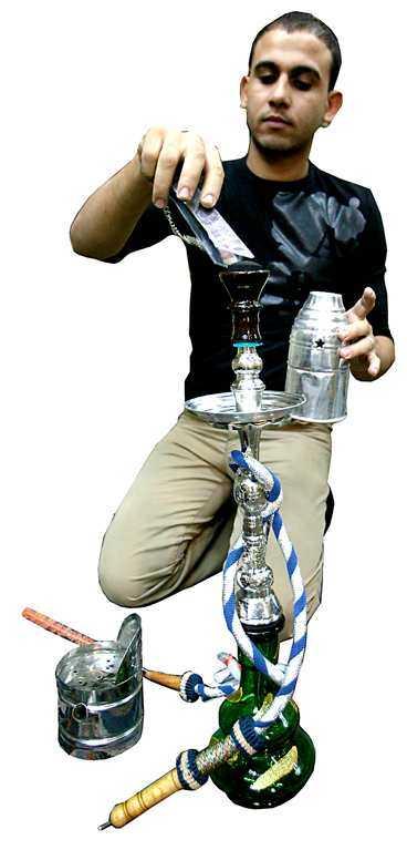 Mustafa Mohammad, 25 år, visar hur man hanterar vattenpipa.