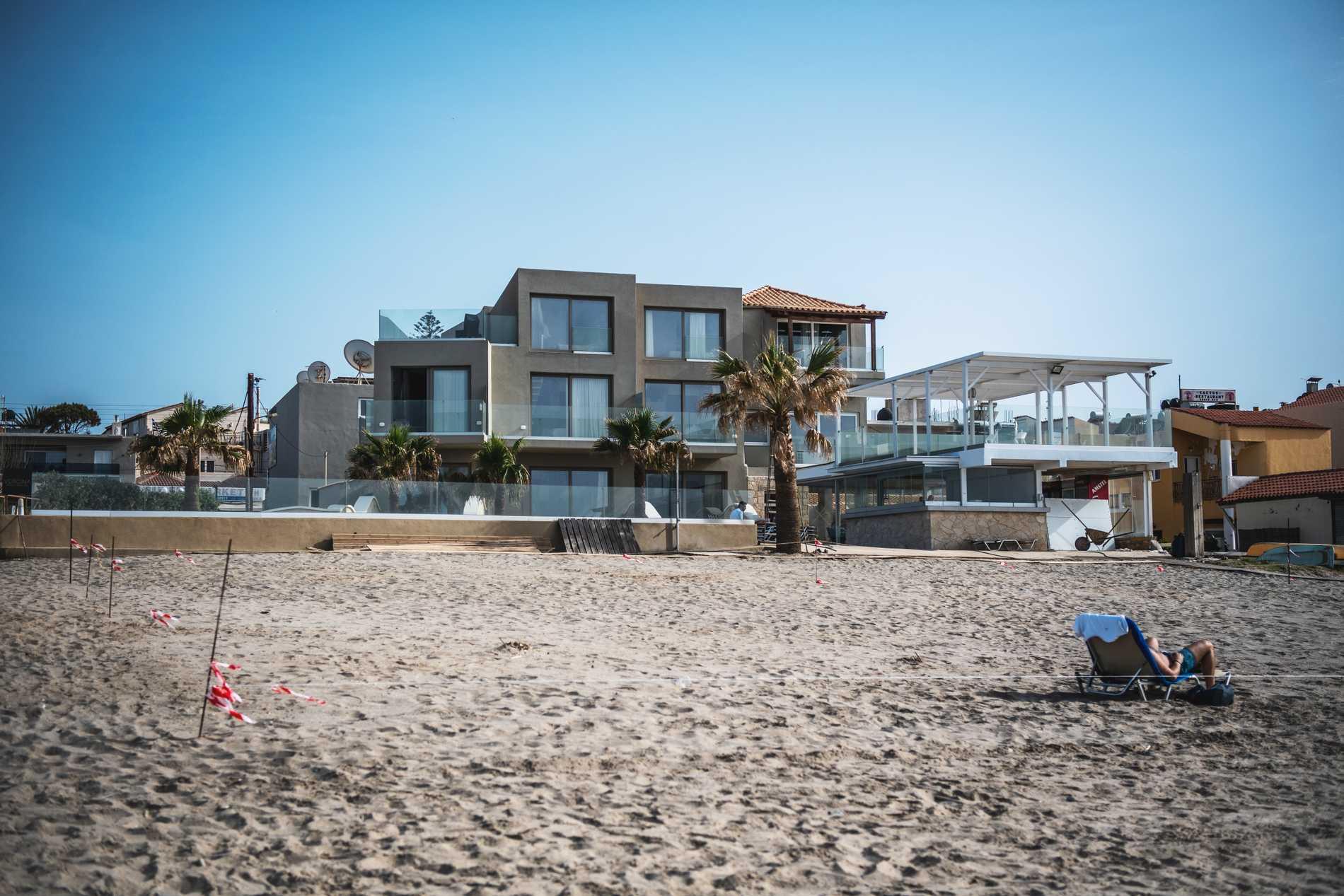 Stranden brukar vara helt full såhär års, menar Giorgos. Nu är den nästan helt tom.