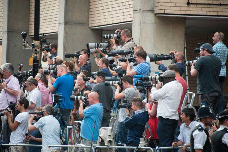 MASSIVT PRESSUPPBÅDUtanför sjukhuset samlades mängder av journalister för att invänta den kungliga nedkomsten.