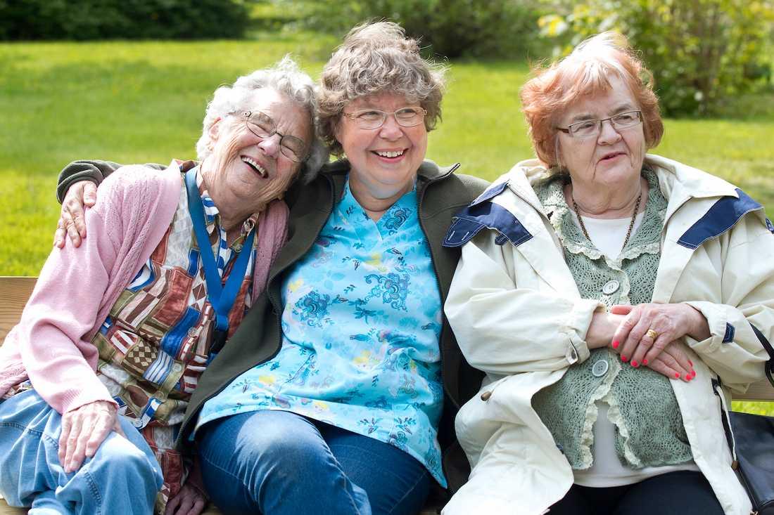 RODE SPRIDER LJUS. Halgjerd Wikner, 89 och Anita Pettersson, 77, tycker det är underbart att komma ut i det vackra vädret. det fixar Rode Nordin.