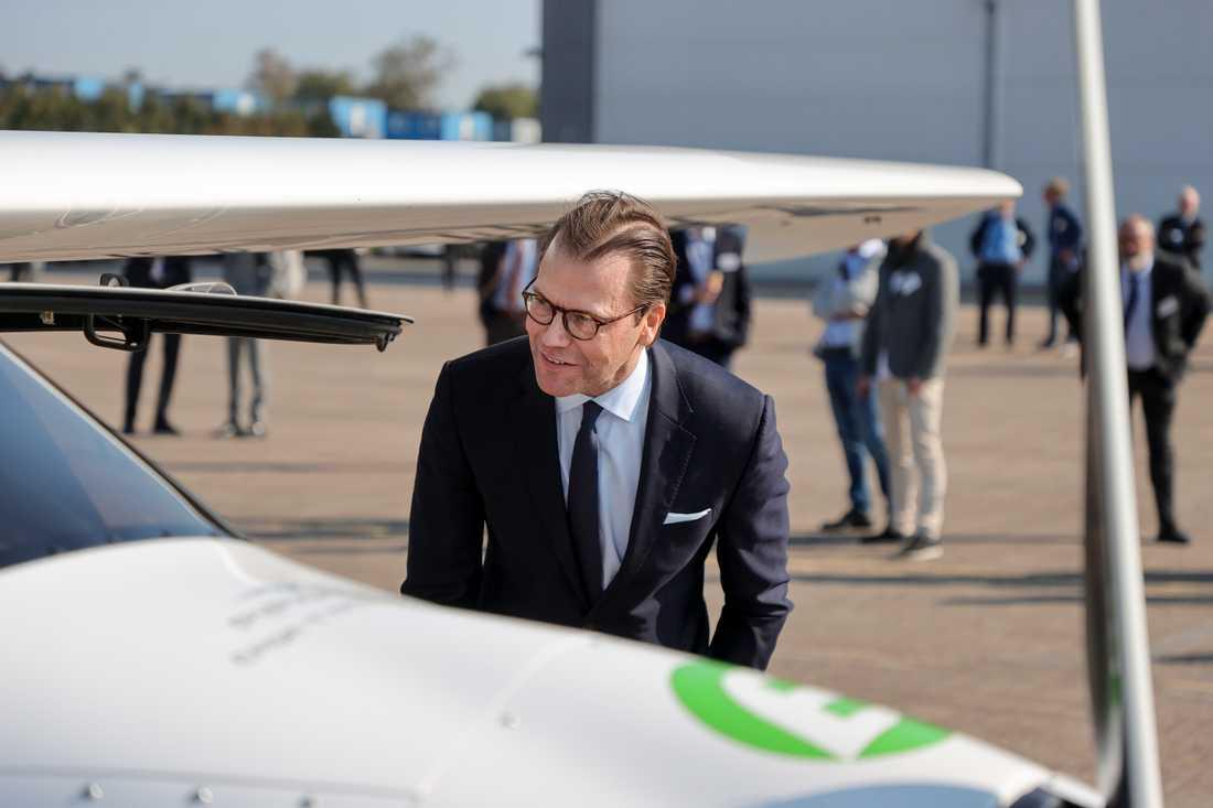 Prins Daniel ser fram emot att kunna flyga fossilfritt på sina resor i jobbet. Här tar han en titt på ett annat eldrivet tvåsitsigt plan av typen Pipistrel, som ägs av Aeroklubben i Göteborg. Planet är ett av de första eldrivna i världen.
