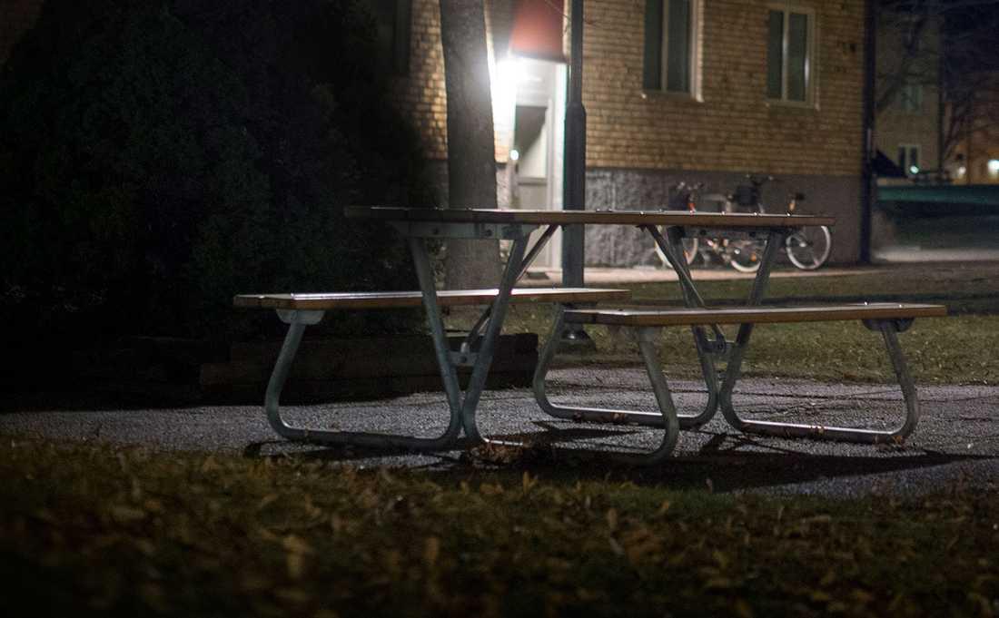 27-åringen bjöd upp 13-åringen till sin lägenhet när hon satt på en bänk i närheten av hans hem.