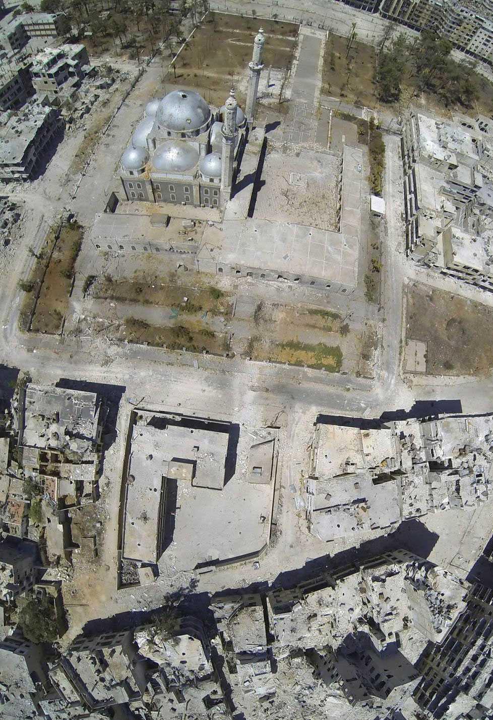 Flygfoto visar kvarteren runt den berömda Khalid ibn al-Walid-moskén.