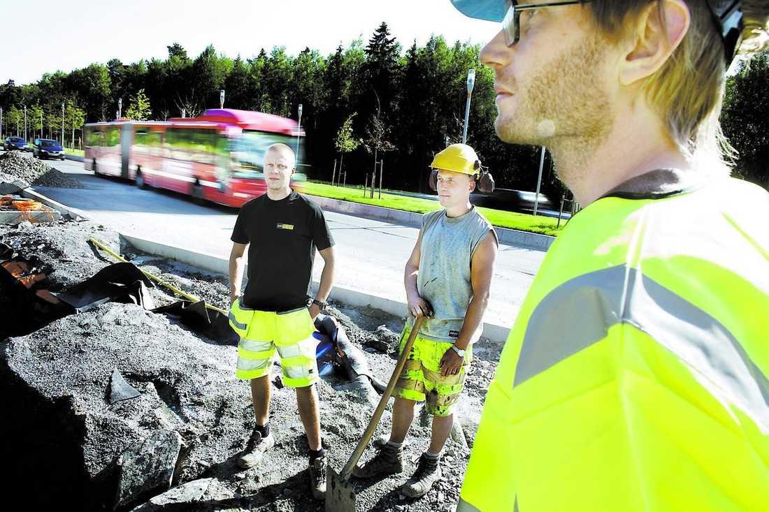 Lever farligt Medan Aftonbladets reporter Andreas Victorzon, till höger, provar på jobbet som vägarbetare rusar bilarna förbi i hög hastighet.