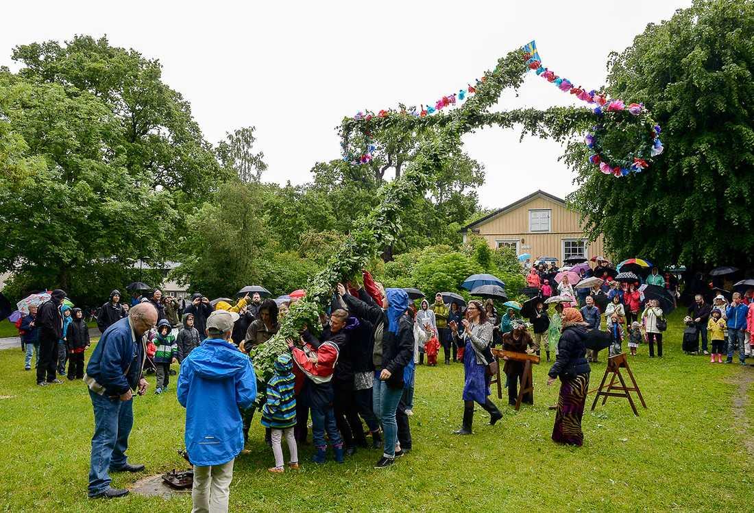 Många hade trotsat regn och rusk för att ta sig till Jakobsbergs gård i Bredäng utanför Stockholm för att fira midsommar.