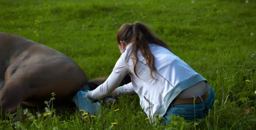 Sigrid Bergåkra försöker förlösa själv, men ber Anders om hjälp.