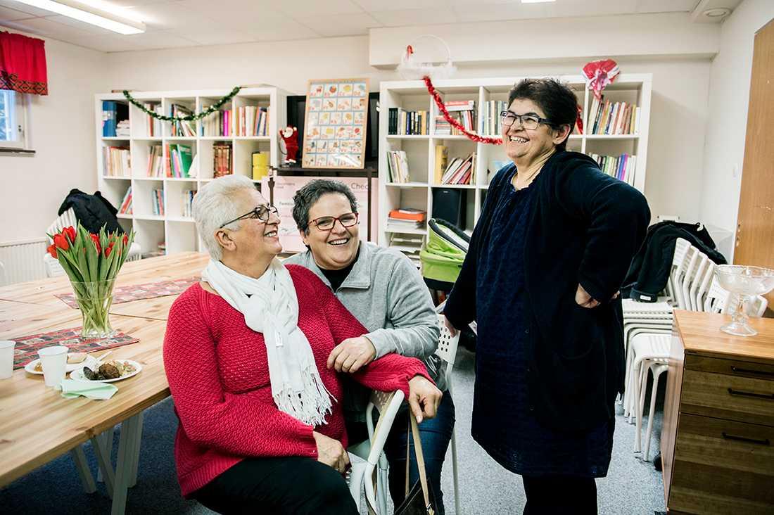 Serife Kangärde, Nursen Okan och Hatice Akalinli är några av de kvinnor som fått en sammanhang på centret.