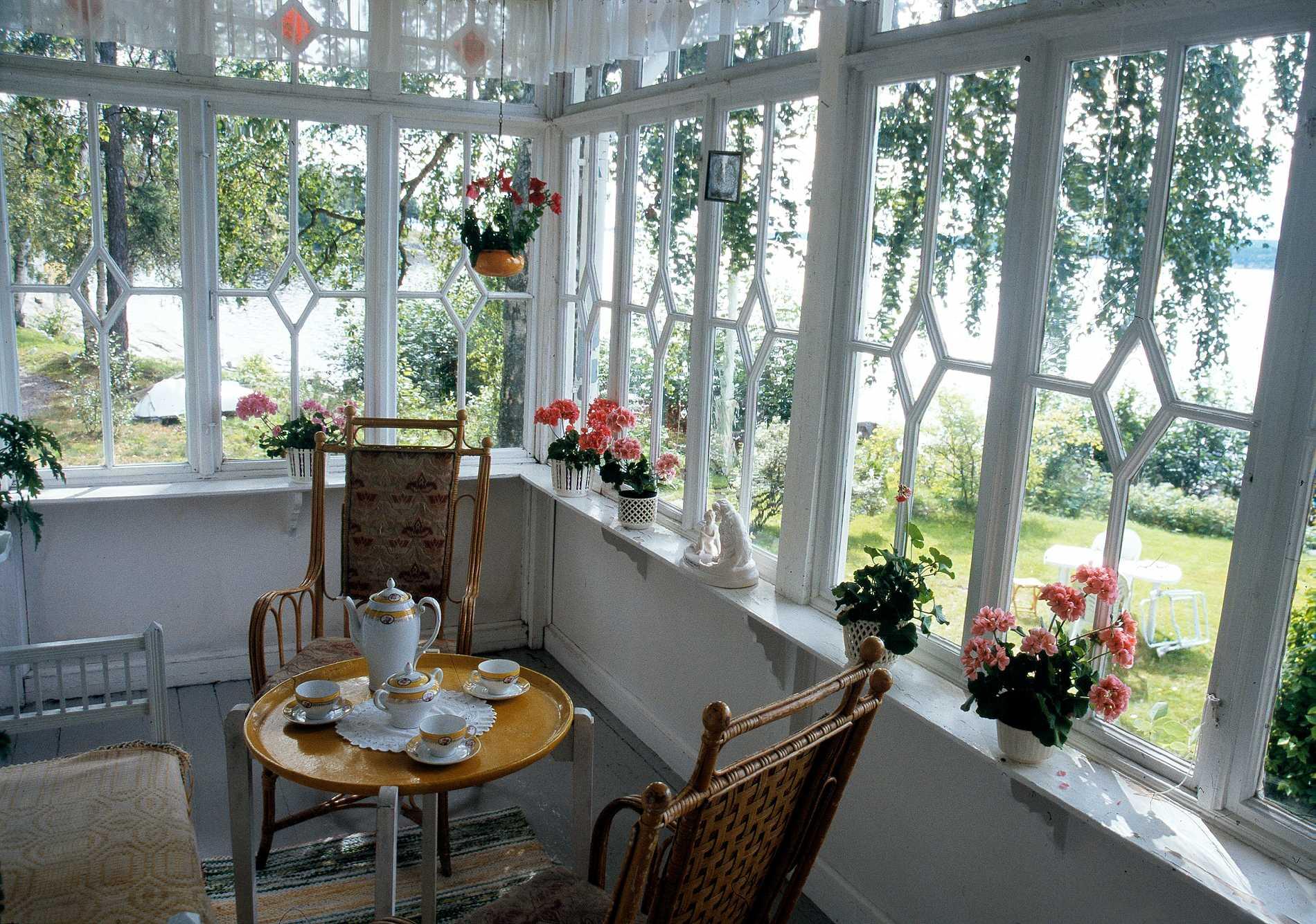 Härlig veranda med romber  i spröjsen. De övre med färgat glas. Från Allmogesnickerier i Leksand.