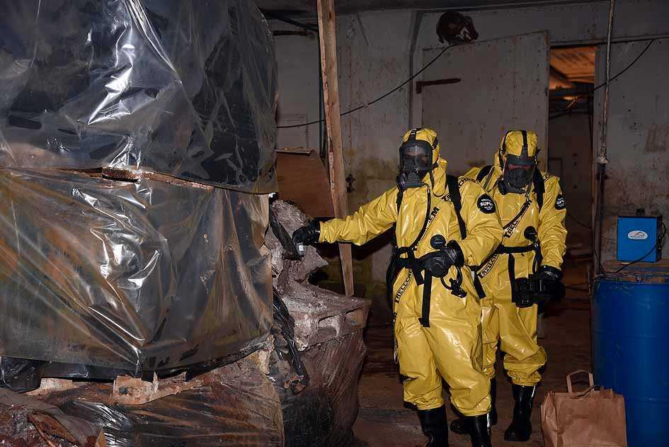 Mängder med omärkta rostiga tunnor, farliga tungmetaller och flera hundra liter cyanidhaltigt pulver som hade förvarats på ett sådant sätt att de kunnat bilda dödliga doser av cyanväte. Bild ur förundersökningen.