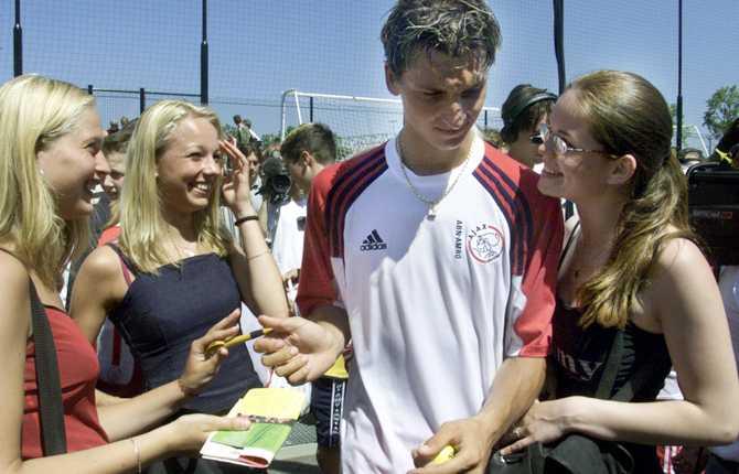 Under sin första träning med Ajax omringades svensken av massor av nyfikna fans. Här är det ett par tjejer som vill ha autografer.