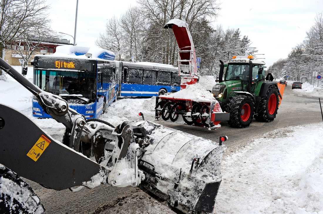 En buss körde fast på Gamla Tyresövägen i Skarpnäck söder om Stockholm.