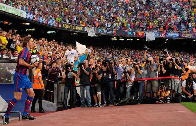 Zlatan presenteras för sin nya publik på Camp Nou 27 juli 2009. En mäktig syn.