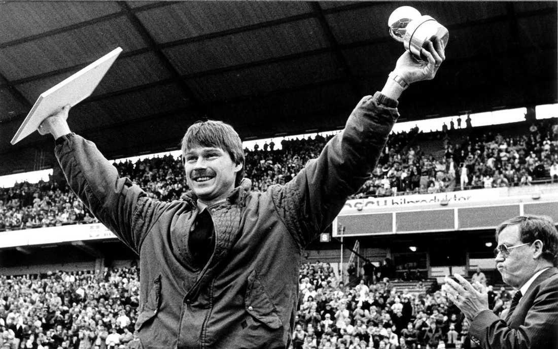 """1984: Sven Dahlkvist, AIK Juryns motivering: """"Sven Dahlkvist har under 1984 spelat en betydelsefull roll i såväl landslaget som i sin klubb AIK. Han motsvarar till alla delar de krav som ställs i Guldbollens statuter. Sven Dahlkvist har vid sidan av sitt fotbollskunnande också gett prov på ledaregenskaper av ovanligt slag. En ledargestalt både på och utanför planen. Juryn har fäst särskild vikt vid hans insatser i AIK, där hans medverkan har haft avgörande betydelse för lagets framgångar i allsvenskan."""""""